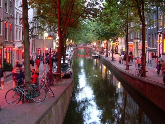 Улица Красных фонарей в Амстердаме днем