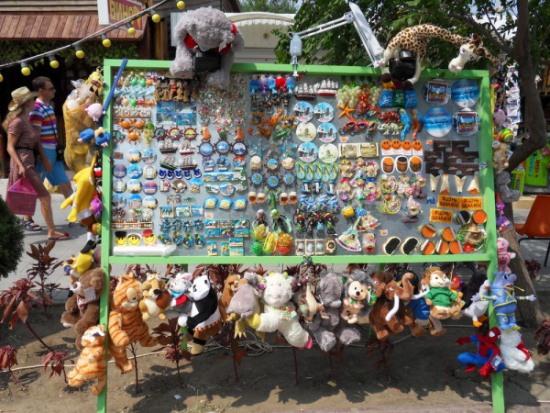 Сувениры на набережной Паралия