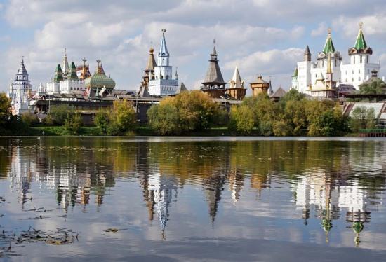 Измайловский вернисаж, вид с Серебряно-Виноградного пруда в Москве