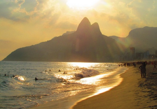 Закат на пляже Ипанема в Рио-де-Жанейро, Бразилия