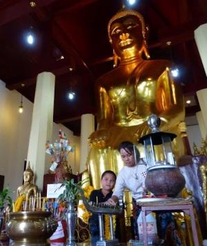 Лопбури, золотая статуя Будды