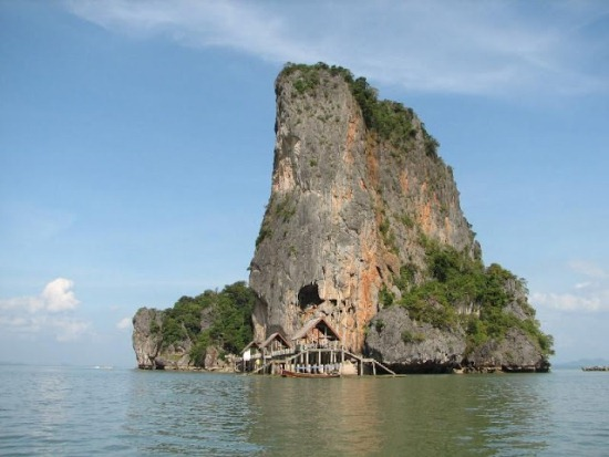 Скалы в заливе Пхангнга
