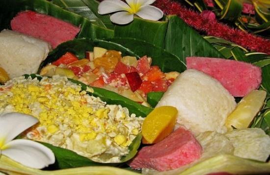 Еда на пальмовых листьях